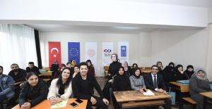 Mert Fırat Zeytinburnu'nda Suriyeli mültecileri ziyaret etti
