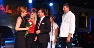 Beyaz mediller Atatürk'ün anısına sallandı