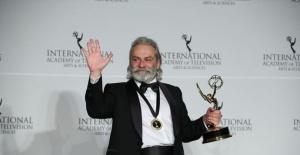 Haluk Bilginer Emmy Ödülü'nü kazandı