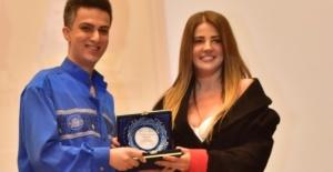 Behlül Aydın'ın ödülünü Esra Sönmezer'e verdi