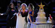 Emel Sayın 70. doğum gününü sahnede kutladı