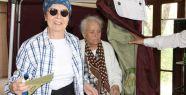 Fatma Girik hasta yatağından kalkıp 94 yaşında annesi ile birlikte oyunu kullandı