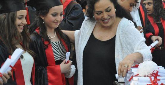 Türkan Şoray Kendi Adını Taşıyan Okulun Öğrencilerine Diplomasını Verdi