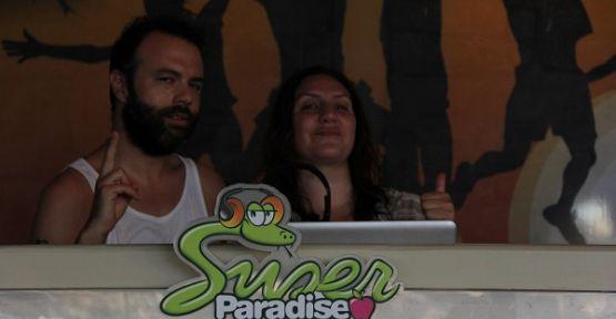 Ünlü DJ Yasemin Şefik ve Oben Budak Mykonos'ta coşturdu