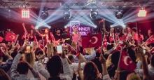 Demet Akalın Ankara'da 10. Yıl marşı ile coşturdu