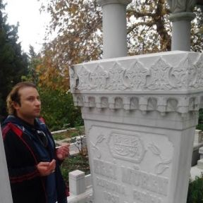 Onur Akay Zeki Müren'i Emirsultan'da ziyaret etti