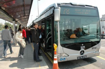 Zeytinburnu Cevizlibağ Metrobüs durağında bomba paniği