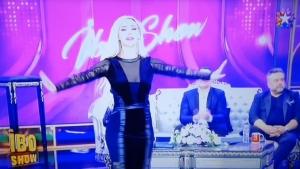 Oryantal Didem performans sergilerken şarkıcı Bülent Serttaş kafasını başka yöne çevirdi
